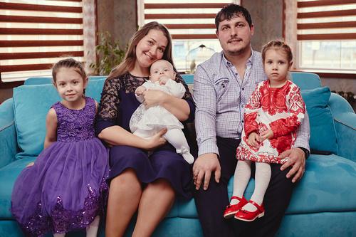 Многодетные супруги из Калининского района стали победителями Всероссийского конкурса «Семья года»