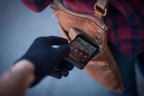 С сообщением о краже мобильного телефона обратилась местная жительница