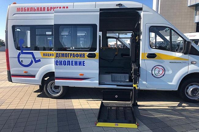 В Краснодарском крае пенсионеров из удаленных станиц в медучреждения доставляют мобильные бригады