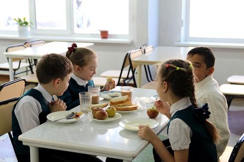 Еда в школьной  столовой должна быть из местных продуктов