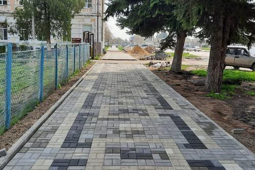 Ремонт тротуара происходит в настоящее время