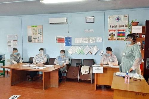 На фото команда избирательного участка 1605, которая находится в хуторе Журавлёвка, открыла двери для избирателей На Кубани открыли участки для голосования 88 избирательных кампаний федерального и муниципального уровней будут работать с 17 по 19 сентября