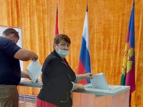 На избирательном участке 16-19 голосует депутат районного Совета
